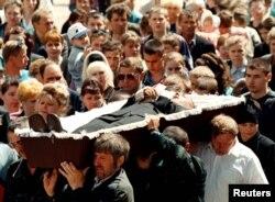 Пахаваньне адной з ахвяраў трагедыі, 16-гадовага Андрэя Кулака, 1 чэрвеня 1999