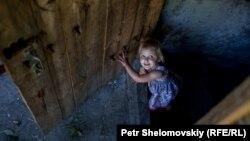 Девочка в бомбоубежище в Донецке