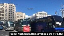 Автобуси-«протестувальники» на Європейській площі у Києві, 13 травня 2020 року