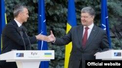 Генеральний секретар НАТО Єнс Столтенберґ (ліворуч) і президент України Петро Порошенко (праворуч) під час зустрічі в Києві, 10 липня 2017 року