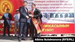 Өкмөттүн Таластагы өкүлү Даир Кенекеев жана хирург Сабырбек Жумабеков
