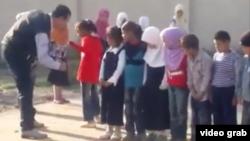 لقطة من فيديو يظهر مدير مدرسة الزهاوي في ميسان وهو يضرب التلاميذ