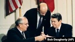 پیمان منع موشکهای هستهای میانبرد ۱۹۸۷ به امضای گورباچف و ریگان رسید