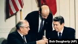 Președinții Ronald Reagan și Mihail Gorbachev la semnarea Tratatului la Washington, 8 decembrie 1987