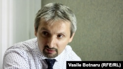 Sociologul Doru Petruți în studioul de la Chișinău al Europei Libere