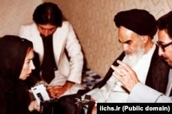 بنیصدر در یکی از مصاحبههای خبری آیتالله خمینی در فرانسه