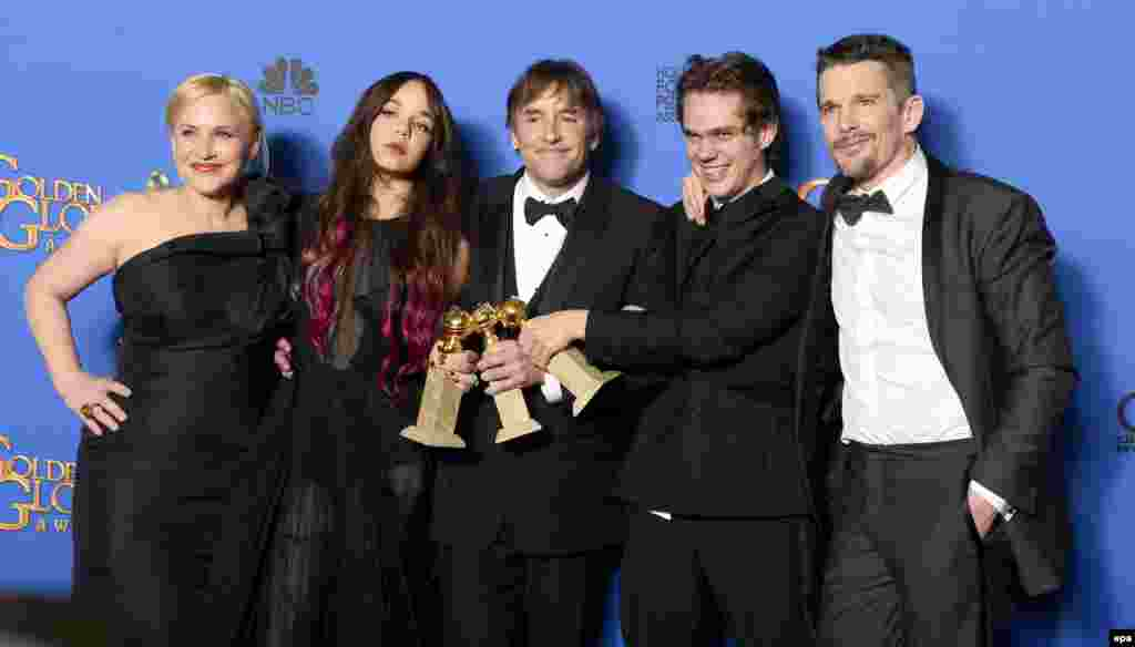 ریچارد لینکلیتر در کنار بازیگران فیلم «پسربچگی»؛ برنده بهترین فیلم درام.