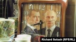 """Сувенирные часы """"Медведев и Путин"""" в московском магазине"""