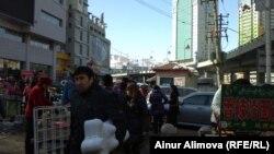Торговые ряды на улице в Урумчи. 24 февраля 2013 года.