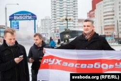 Юрась Губарэіч (справа) на першым перадвыбарным пікеце Правацэнтрысцкай кааліцыі