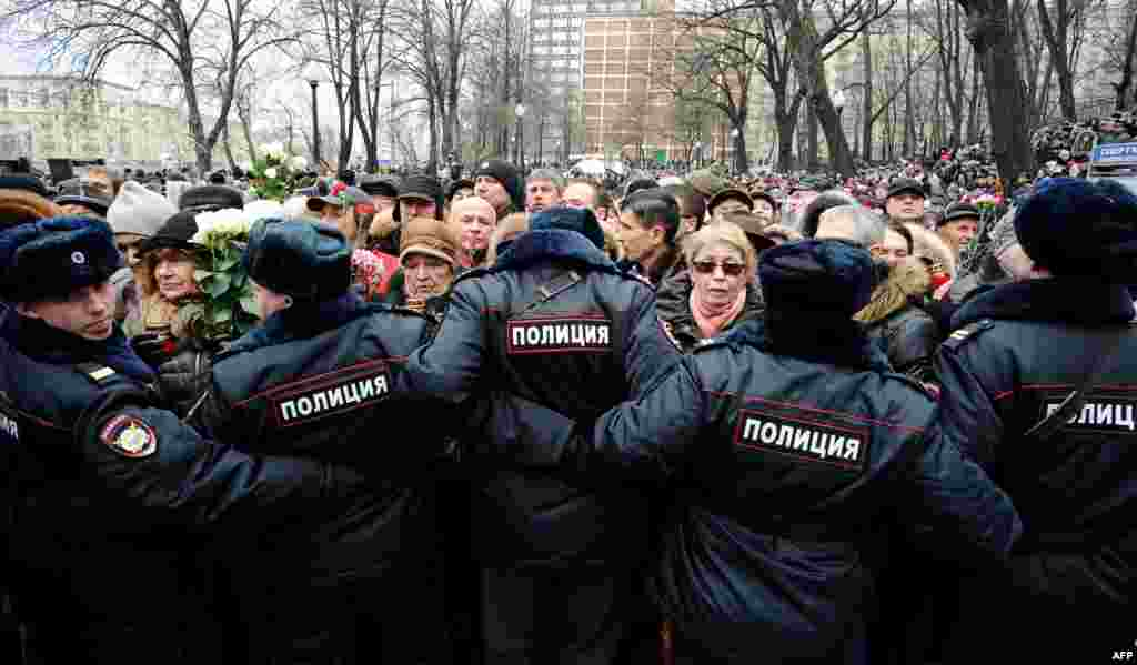 Police block mourners during the farewell ceremony at the Andrei Sakharov Rights Centre in Moscow.