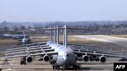 Американские самолеты C-17 Globemaster III в очереди на дозаправку на базе Инджирлик