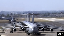 Американские самолеты C-17 Globemaster III на очереди на дозаправку на базе Инджирлик