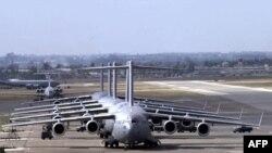 Американские самолеты C-17 Globemaster III на очереди на дозаправку на базе Инджирлик.