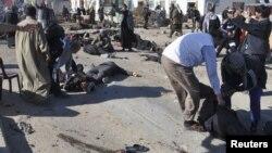 Местные жители помогают пострадавшим при взрыве в Насирии