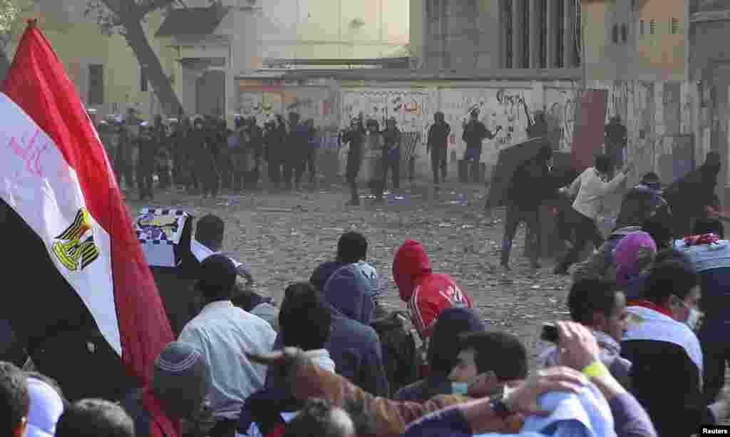 В Каире тысячи людей проводят демонстрации на площади Тахрир, требуя от военных немедленной передачи власти гражданской администрации.Массовые демонстрации в Каире начались 18 ноября.