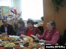 Галия Абайдуллина шигырьләрен укый