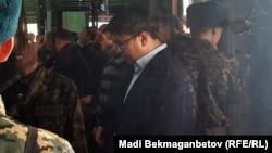 Қуандық Бишімбаев сот үкімін тыңдап тұр. Астана, 14 наурыз 2018 жыл (Әйнек камера сыртынан түсірілген фото)