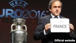 UEFA президенті Мишель Платини келесі Euro-2016 чемпионатының Францияда өтетінін көрсетіп тұр.