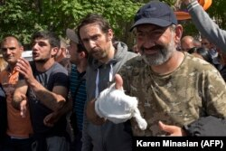 Никол Пашинян после освобождения из тюрьмы днем 23 апреля