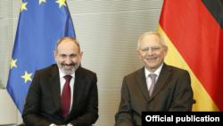 Председатель Бундестага Германии Вольфганг Шойбле (справа) и премьер-министр Армении Никол Пашинян, Берлин, 13 февраля 2020 г.