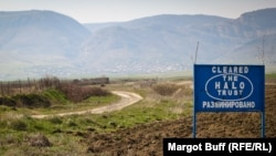 Табличка, показывающая, что указанная территория очищена от мин. Азербайджан. Нагорный Карабах.