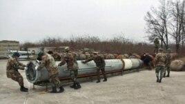 Dezasamblarea unei rachete sol-aer S200 de către militari moldoveni, într-un proiect de dezarmare asistat de OSCE.
