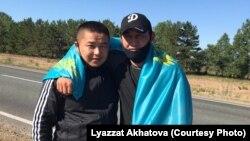 Кытайдан качып келген казактар Мурагер Алимулы (солдо) жана Кастер Мусаханулы Чек ара тартибин бузгандыгы үчүн Семейдеги абакта жатып чыгышкандан кийин. Чыгыш-Казакстан облусу, 22-июнь 2020-жыл.