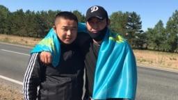 Бежавшие из Китая этнические казахи Мурагер Алимулы (слева) и Кастер Мусаханулы в момент выхода из колонии в Семее. 22 июня 2020 года.