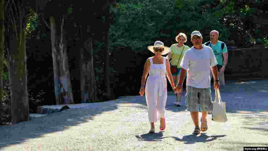 Люди, які прогулюються в Воронцовському парку, розташованому поруч із палацом