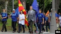 Претседателот Ѓорге Иванов и евроамбасадорот Аиво Орав ги разменија знамињата на ЕУ и Македонија по повод Европскиот ден на знамето.
