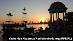 Вид з Приморської площі Бердянську на морський порт