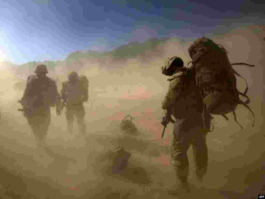 Американские морские пехотинцы в провинции Фарах, Афганистан На юге Афганистана в воскресенье в результате действий афганской армии и войск международной коалиции убиты двадцать боевиков.