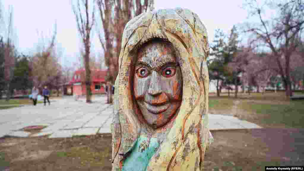 Безымянная скульптура из пенька дерева в городском сквере