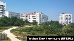 На этом участке насыпного склона на улице Кокчетавской хотят воткнуть многоэтажку. Июль 2019 года