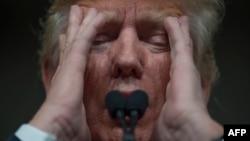 Donald Trump seçki mitinqində çıxış edrkən