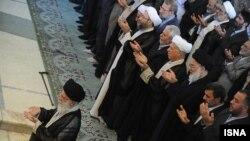 Иранның президенті мен дінбасылары намаз оқып тұр. Иран, 19 тамыз 2012 жыл. (Көрнекі сурет)