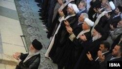 مقام های جمهوری اسلامی که در دایره جریان اصولگرایی تعریف می شوند در پشت سر رهبر ایران.