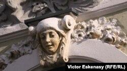 Figură ornamentală restaurată, sec. XIX-XX, zona Lipscani, București