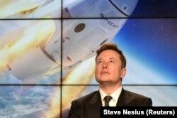 Илон Маск на фоне изображения Crew Dragon