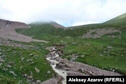 Из-под ледника Богдановича вытекает река Комсомолка. Алматинская область, 3 июля 2016 года.