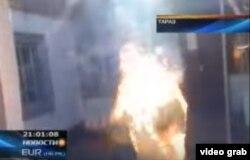 Тараздағы өзін өртеу жөнінде түсірілген КТК телеарнасы видеосюжетінен алынған кадр. 3 мамыр 2011 жыл.
