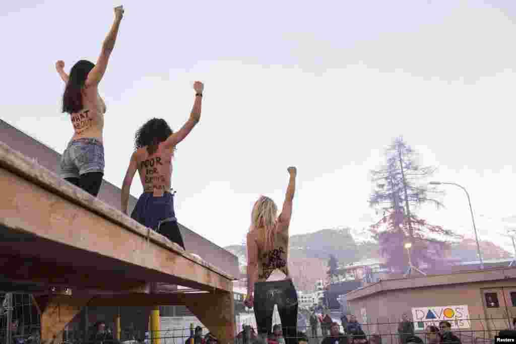 Акция активисток движения Femen на Международном экономическом форуме в Давосе. Январь 2013 года.