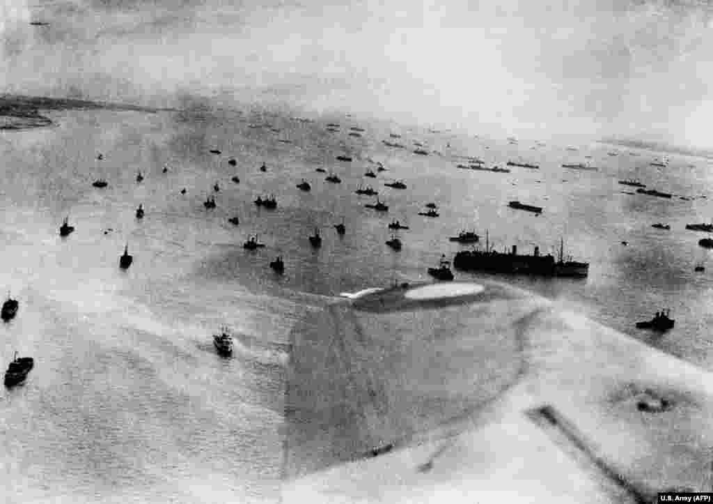 Ця аерофотозйомка, зроблена 6 червня 1944 року, показує військово-морські сили союзників, які брали участь в операції «Оверлорд», а союзні війська штурмували Нормандські пляжі у День «Д»