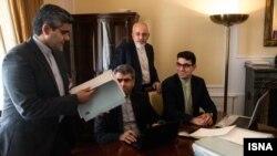 Министр иностранных дел Ирана Мохаммад Джавад Зариф (второй справа) и другие представители Ирана на переговорах в Вене.