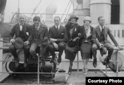 Ирвинг Берлин (второй слева) с актерами Арнольдом Дейли, авиатором Клодом Грэм-Уайтом, актрисой Этель Ливи, ее дочерью актрисой Жоржет Коэн и ее мужем-предпринимателем. 1921