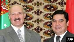 Lukaşenko mundan öň 2009-njy ýylyň iýun aýynda Aşgabatda bolup, prezident Berdimuhamedow bilen duşuşypdy we Saparmyrat Nyýazowyň guburyna zyýarat edip, gül goýupdy.