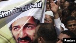 Исламист целует портрет бин Ладена в сегодняшней акции протеста в Каире