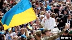 Папа Римский Франциск и украинские военные на площади Святого Петра в Ватикане, 25 мая 2016 года