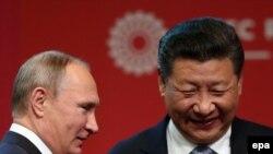 Президент России Владимир Путин и президент Китая Си Цзиньпин на встрече в рамках саммита АТЭС в Лиме, Перу, 19 ноября 2016 года.